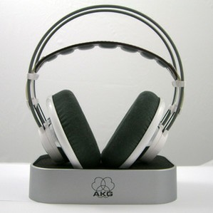 AKG7011_onstand